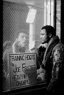 Verso l'incontro per il titolo mondiale nel 1971,  Ali provoca Frazier durante il suo allenamento (John Shearer/Time & Life Pictures/Getty Image)