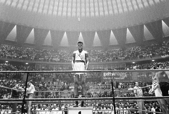 Cassius Clay (USA), vittorioso sul podio dopo aver vinto l'incontro per la Medaglia d'Oro alle Olimpiadi di Roma 1960, categoria Massimi Super-leggeri, il 5 Settembre 1960, al Palazzo dello Sport, Roma, Italia