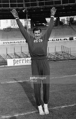 Il portiere russo Lev Ivanovič Jašin durante gli allenamenti. Soprannominato il 'Ragno Nero', Yashin è stato votato il miglior portiere del XX secolo. 19 Ottobre, 1965 (Universal/GettyImages)