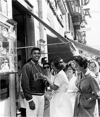 Cassius Clay in Via Veneto a Roma, che mostra la medaglia d'oro che ha vinto alle Olimpiadi di Roma, 1960 (Associated Press)