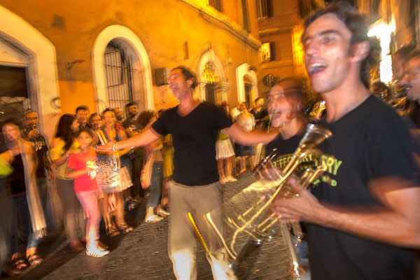 Monti neighbourhood, saturday evening, street musicians for the opening of a new art club.