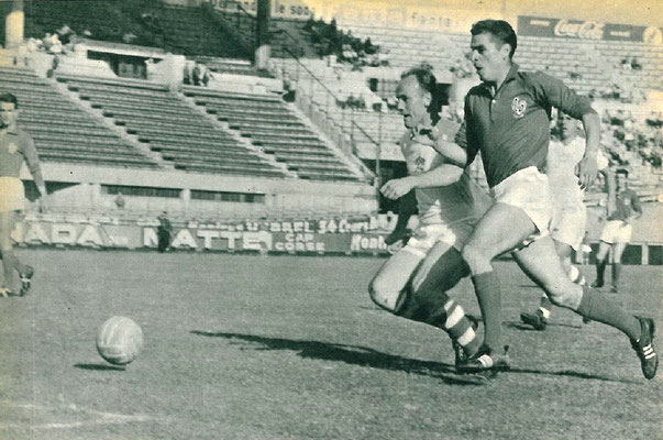 L'attaccante ceco Popluhar e il francese Stivenard, durante Francia-Cecoslovacchia 0-2, 9 Luglio 1960