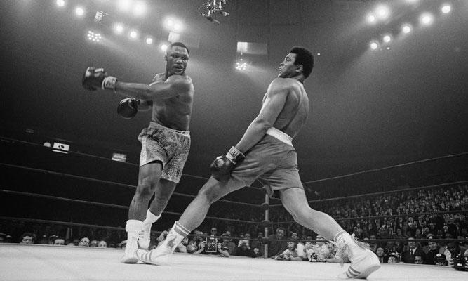 Muhammad Ali evita un pugno del pugile Joe Frazier durante il loro incontro per il titolo di campione di peso massimo al Madison Square Garden in 1971. (Bettmann/CORBIS)