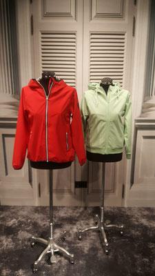 Links: Leichte Regenjacke (wasser-und winddicht) 99,95€ , Rechts: Kurze Softshelljacke  139,95€