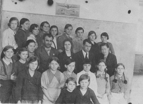 1941 год .Классный руководитель Окулова Евгения Васильевна. Завуч Шамарин Александр Васильевич.