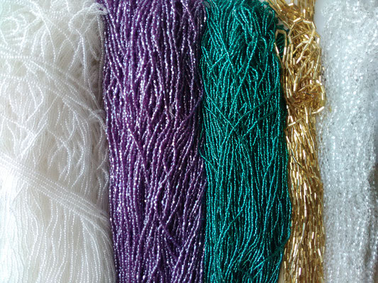 pompons de perles enfilées pour la broderie de Lunéville