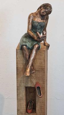 """""""Momentan nicht erreichbar I"""" Figur + Schuhe aus Bronze, patiniert, Eichenholzstele, h inkl. Stele ca. 125 cm"""