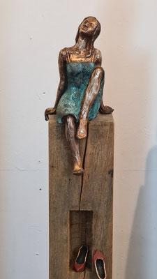 """""""Momentan nicht erreichbar III"""" Figur + Schuhe aus Bronze, patiniert, Eichenholzstele, h inkl. Stele ca. 125 cm"""