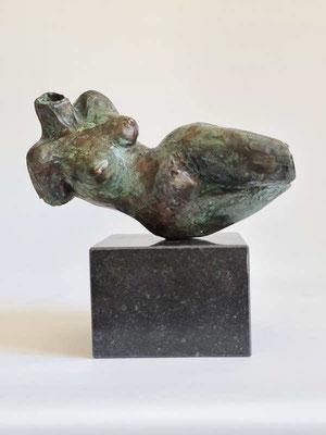 """Liegender Torso"" Bronze patimiert auf Limestonesockel"