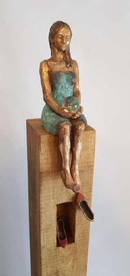 """""""Momentan nicht erreichbar II"""" Figur + Schuhe aus Bronze, patiniert, Eichenholzstele, h inkl. Stele ca. 125 cm"""