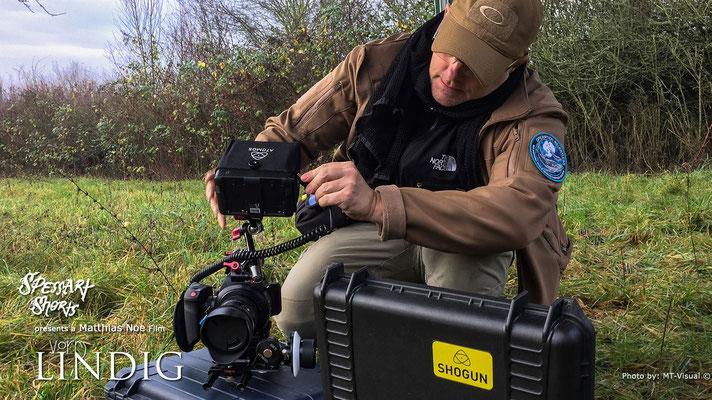 """Am Set von """"Vorm Lindig"""" DoP Stefan macht seine Canon C100 Mark II startklar"""