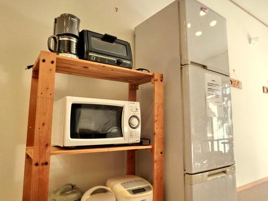 中央室。電子レンジ・トースター・炊飯器・コーヒーメーカー等調理器具はご自由にお使い下さい。