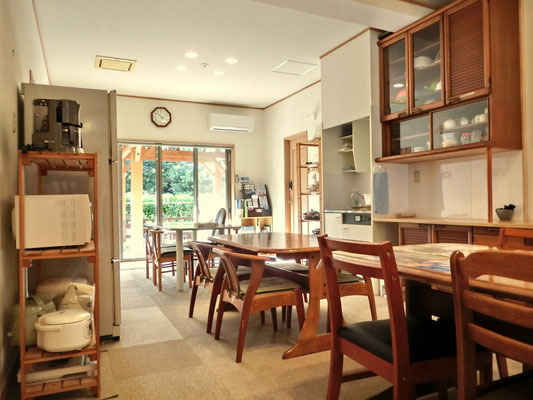 中央室。キッチン等自由に使えるオープンな談話スペース。