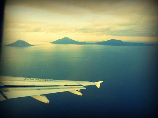 飛行機から八丈島と八丈小島