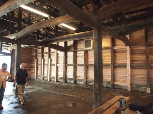 改修中の倉庫を案内されている古川さん