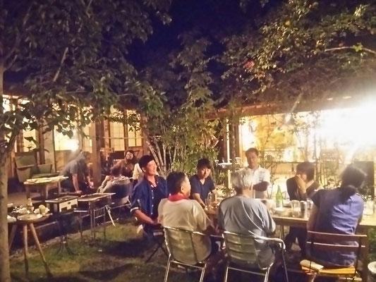 夜は庭でバーベキュー