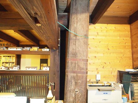 柱が30センチ傾いてます。