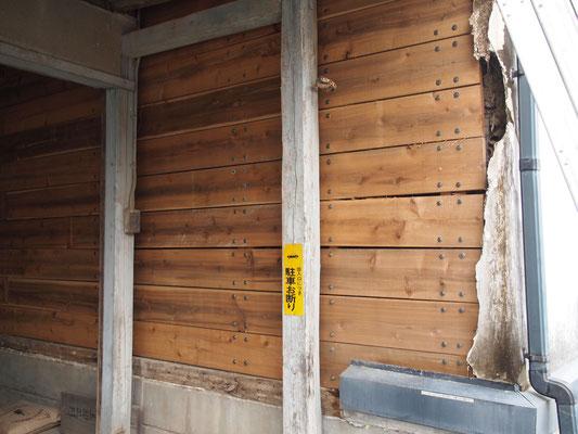 落ちた土壁の塗り替え中、板で耐震補強