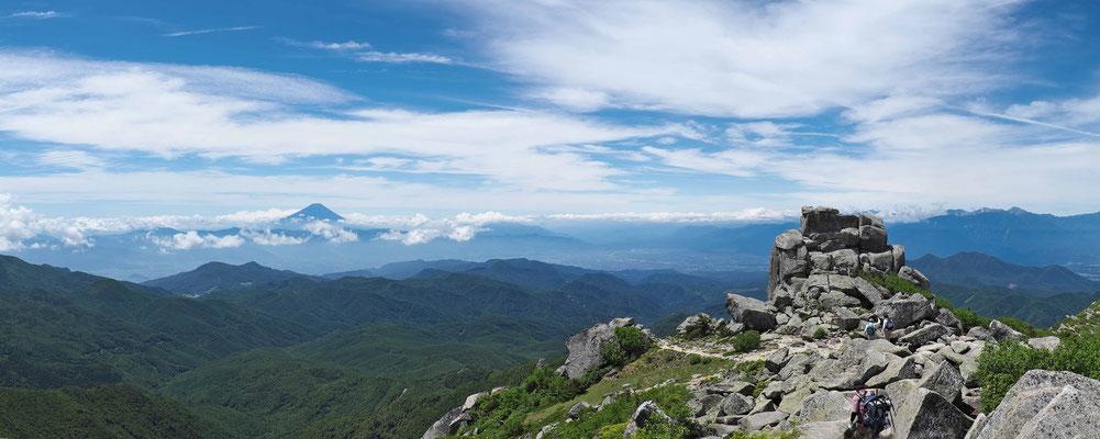 金峰山山頂から富士山と五丈岩