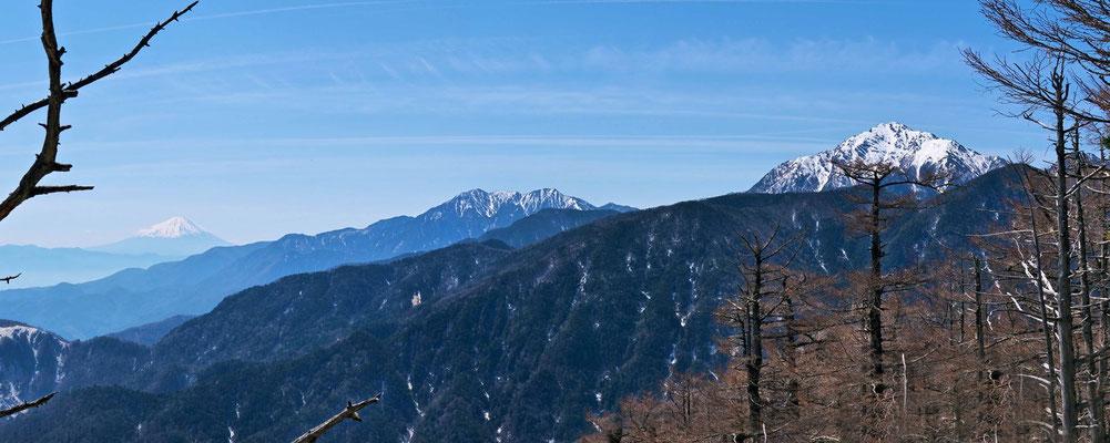 雨乞岳山頂から日向山、富士山、鳳凰三山、甲斐駒ケ岳