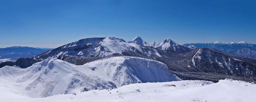 西天狗岳山頂から奥秩父連峰、根石岳、硫黄岳、横岳、赤岳、中岳、阿弥陀岳、編笠山、西岳、南アルプス連峰