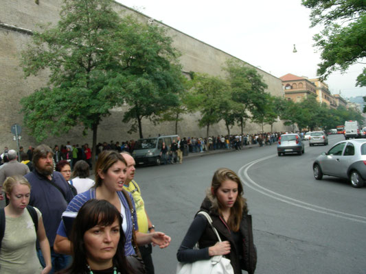 Warteschlange vor den Vatikanischen Museen