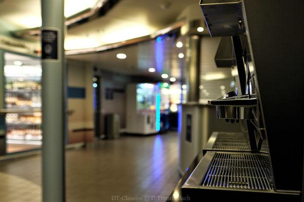 Blank geputzte Gänge + ein arbeitsloser Kaffeeautomat.