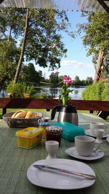 Frühstücken am See