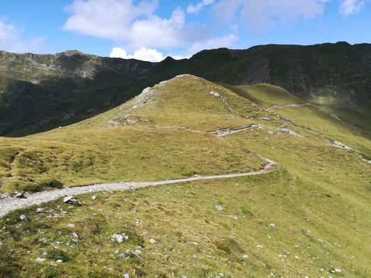 Rückblick auf eine wunderschöne Landschaft mit tollem Wander- und Fahrweg