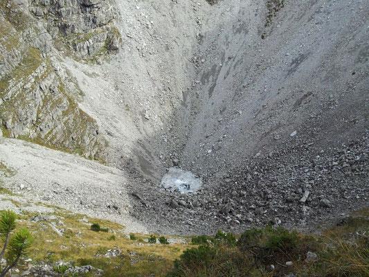 Naturdenkmal Kessiloch. Des isch die größte Doline Vorarlbergs. Durchmesser beträgt über 300m und Tiefe über 100m. Charly erkennt ma grad no uf am Schneefeld duna...