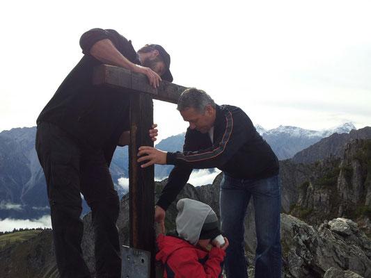 Mir bauen üs a neus Gipfelkrüz uf am Schillerkopf