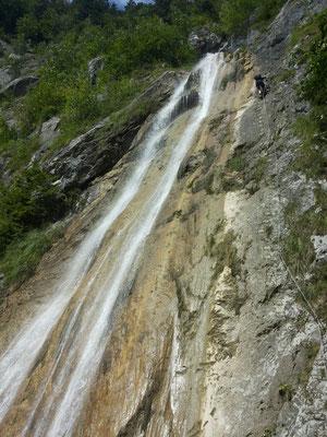 So an toller Wasserfall ! Und rechts davo goht da Einstieg ufe.