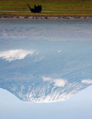 Le Kilimandjaro retourné donne  sa forme à l'œuvre