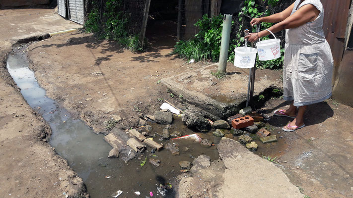 Un point d'eau collectif d'en une ruelle de Kliptown