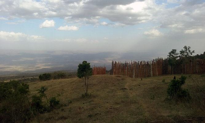 Enclos de longs bois verticaux pour protéger les habitats et les troupes des prédateurs nocturnes (léopards, hyènes...)