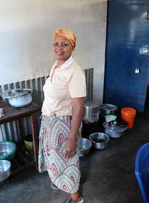 Mama Mzungu dans sa cuisine-salle de restaurant