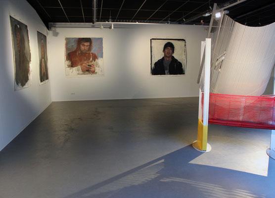 Peintures de Fabienne Labansat ; Quartier d'affaires, sculpture de Riffis-Valera.