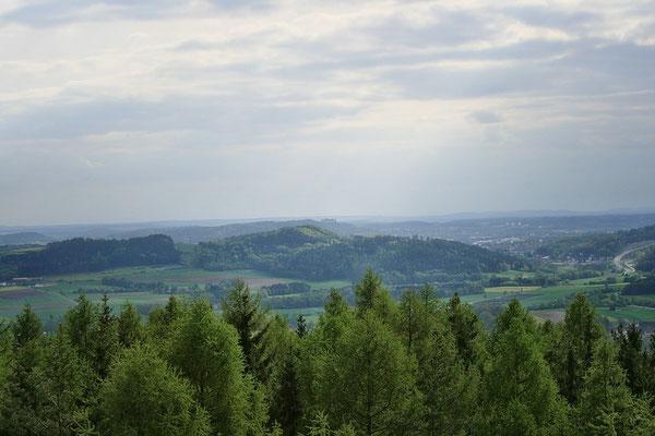 In der Mitte des Fotos ist die Veste Coburg zu erkennen