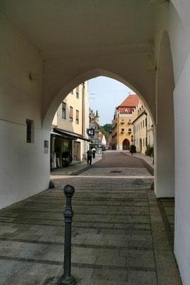 Blick zum Rathaus durchs Rieder Tor
