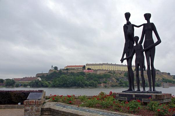 "Monument to the Victims of the Raid, Ort der Erinnerung, im Hintergrund ""Petrovaradin foretress"", die Festung"