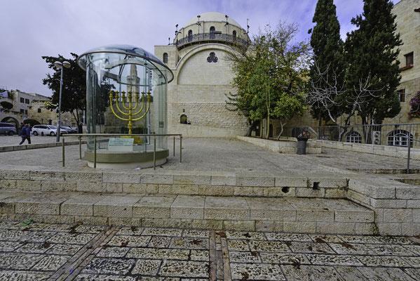 Hurva-Synagoge mit goldener Menorah