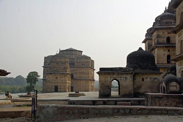 """Cenotaphen des Maharaja Bir Siṃh"""