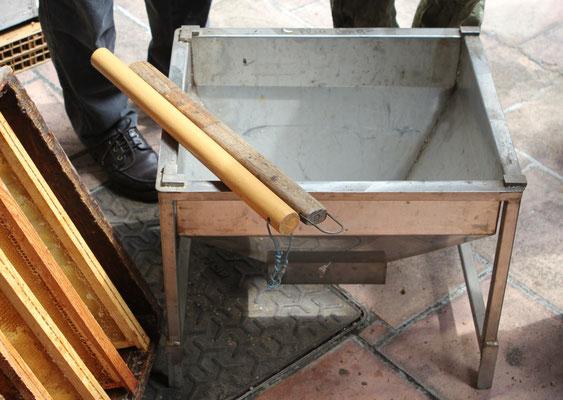 Trémie de la cage à paquets d'abeilles. Dessus, nous apercevons les bâtons pour taper sur les ruches.