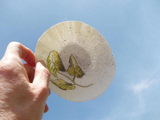weiße Schale mit Blattmotiv