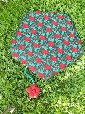 das separate passende Polster mit Keder und Blumenanhänger