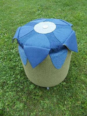 Polster Deluxe auf grün-blauen Blumenhocker