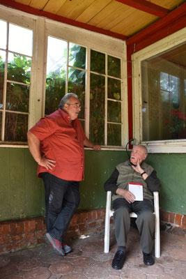 In der Veranda des Pfarrhauses - es wird gefachsimpelt über den Buchinhalt