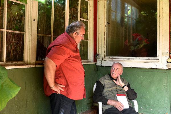 In der Veranda des Pfarrhauses - wir sind uns, wie immer (!), einig und in Gedanken versunken