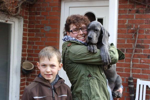 Das ist Anny mit ihrer neuen Familie! Sie wohnt jetzt bei Susi, David und Paul in Sereetz. Bestimmt trifft sie dort mal auf ihre Schwester Ronja :-)