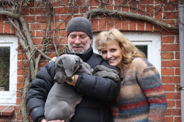 Geli und Willi mit ihrem süßen Aaron! Der kleine Mann wohnt jetzt in Schmalfeld und hat eine süße Freundin namens Aska. Ich hoffe, ihr habt viel Spaß zusammen!!! :-)